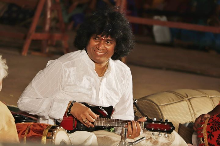 rajesh-mandolin-at-tanjore-temple-concert-with-legends