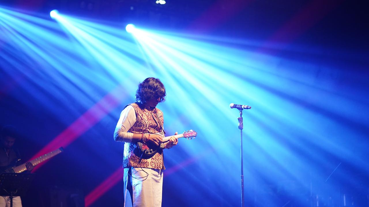 mandolin-u-rajesh-at-mathrubhumi-musical-night